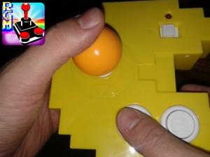 Volendo, è possibile usare la console come un pad...non è assolutamente scomodo, grazie alla leva direzionale molto bassa