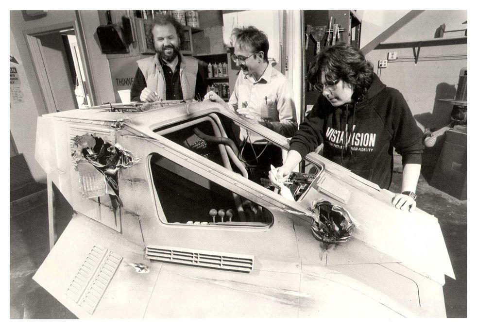 Sul pavimento di un laboratorio alla Lucasfilm Ltd., un modello del Valkyrie Class Fighter, creato per promuovere il videogame RESCUE ON FRACTALUS! Venne usato unicamente a scopo pubblicitario, per le foto sul manuale e sulla copertina della cartuccia