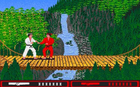 """Due dementi in bilico su un ponte che sovrasta un orrido combattono a colpi di """"Bombe di Maradona""""."""